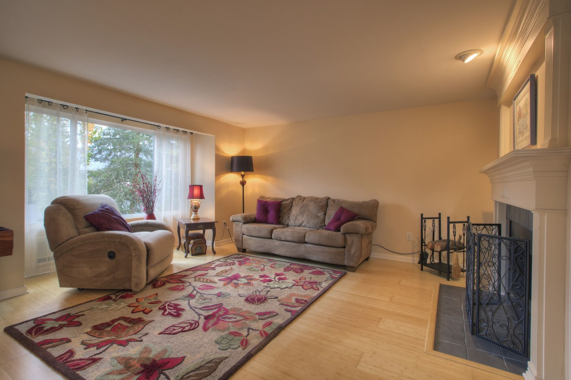 1 bedroom plus loft  PRIME LOCATION in downtown Issaquah Pristine Ridgebrook end unit