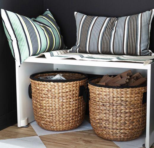 Banco peque o con cojines y cestos de ikea guardados for Bancos para cocina ikea