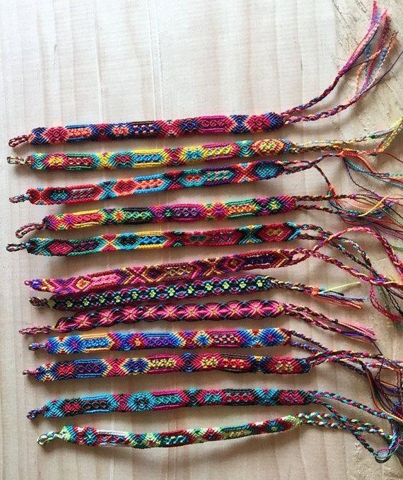 3d2d4d41c12b Set de 12 Pulseras tejidas a mano por artesanos de Chiapas. Bonitas pulseras  tejidas con hilos llamativos