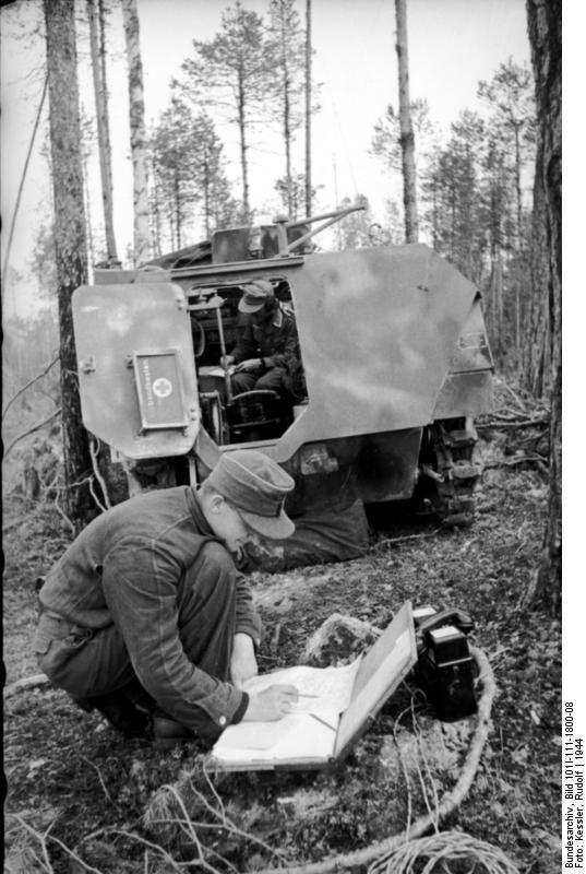 Norwegen, Lappland, Finnland.- Soldat und Unteroffizier mit Fernsprechausrüstung (Feldtelefon) vor leichtem Schützenpanzer (Sd.Kfz. 250/5; Funkwagen) in einem Wald; PK 680.