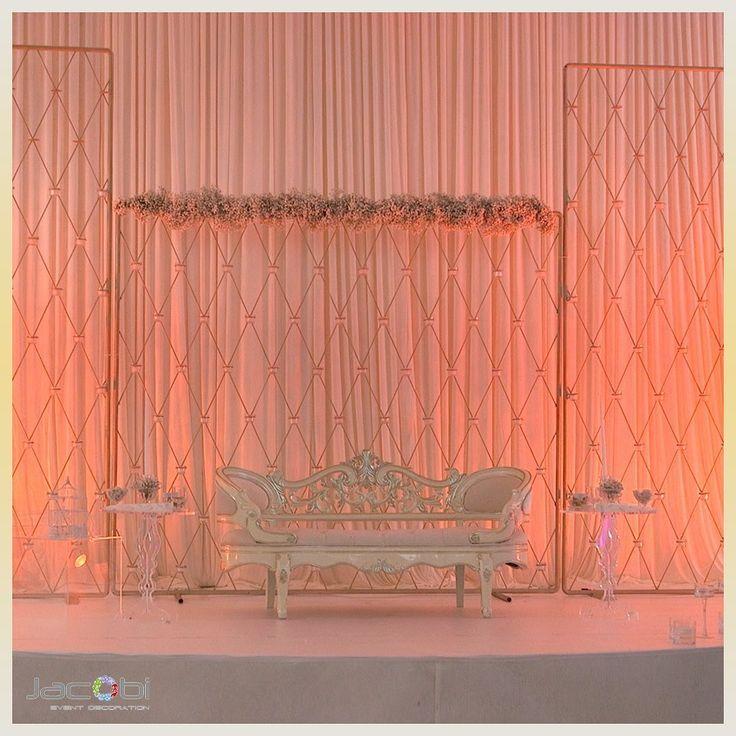 Alle Blicke auf das Hochzeitspaar, umgeben von wunderschönen Wanddekorationen?? _____________... Alle Blicke auf das Hochzeitspaar, umgeben von wunderschönen Wanddekorationen?? ________________________________________________________,
