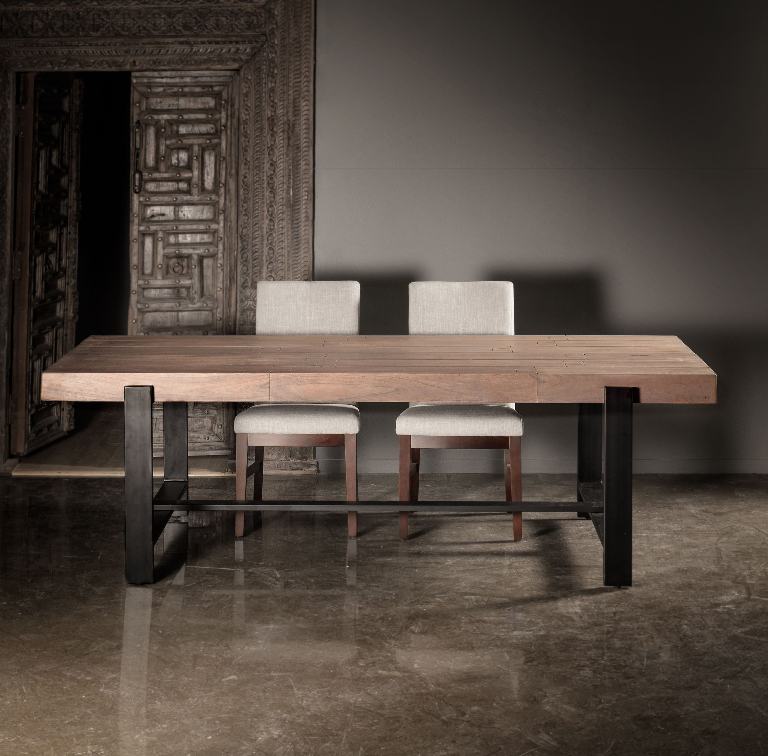 Each Beam Used To Create This Durable Dining Table Showcases The Unique Grain And Characteristics Of Acaci Table Salle A Manger Mobilier De Salon Table A Diner