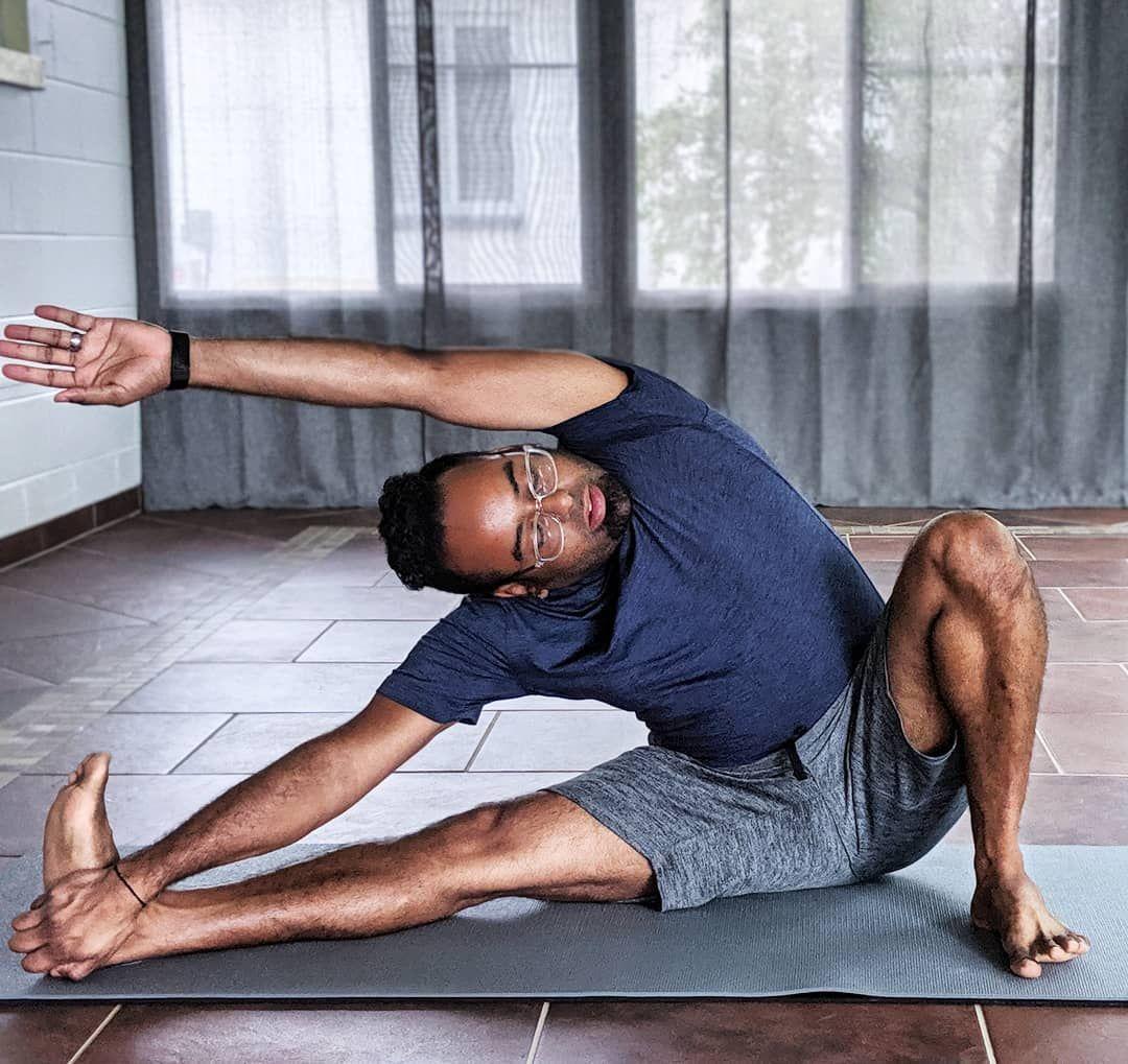 Opening your sides like you open your heart • • • @ljszenyoga • • • #crazyburnchallenge #yoga #fitne...