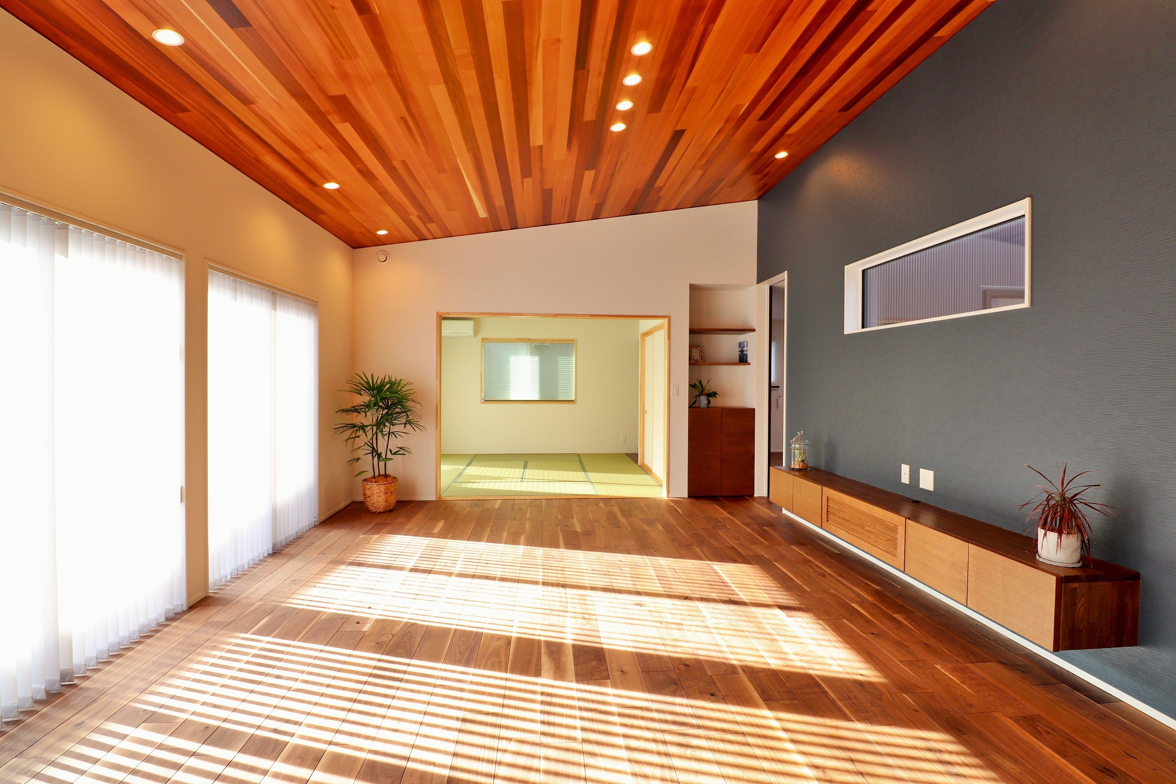 平屋ならではの天井の高さをいかした勾配天井は 空間にさらに広がりを