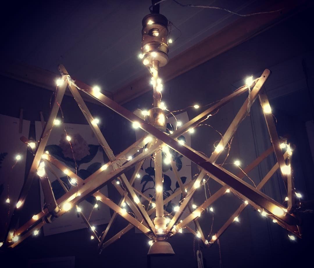 Vilken fin idé #ljuslinga #garnvinda #lampa | Ceiling lights