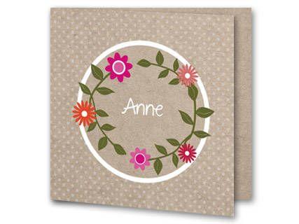 Een klassiek geboortekaartje met een cirkel van roze bloemen. Achter de cirkel van bloemen is een witte cirkel geplaatst. De hele achtergrond is taupe en buiten de cirkel staan grijze stipjes. Aan de binnenkant van het geboortekaartje is de achtergrond ook taupe. Aan de linkerkant staat een cirkel van bloemetjes met een lief tekstje erin maar die kun je zelf online aanpassen.