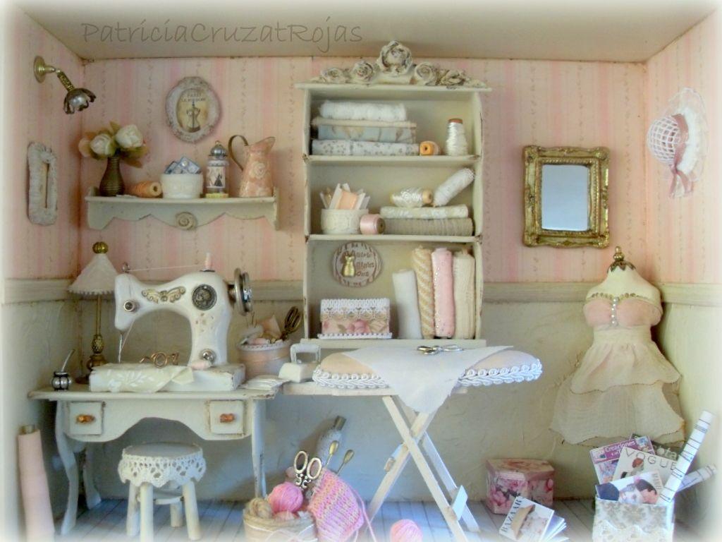 Interior cuarto de costura con miniaturas hechas a mano for Decoracion de casas hechas a mano