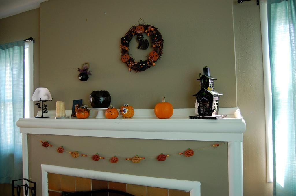 Halloween decorations  IDEAS  INSPIRATIONS Halloween Mantel