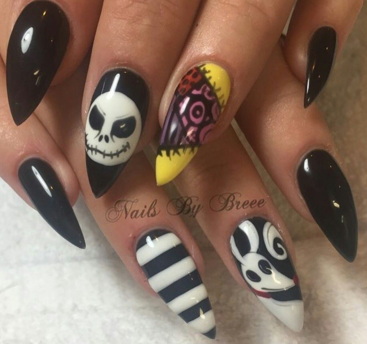 creepy scary cool halloween nail art idea nightmare before christmas decorado de unas