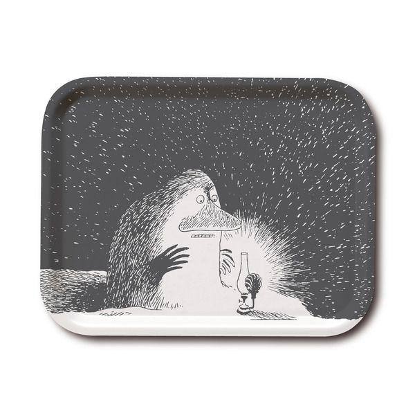 Tyylikäs mustavalkoinen tarjotin, jossa nähdään Mörkö katselemassa yövaloa. Käsintehty, klassisella muumimotiivilla, Tove Janssonin piirustusten pohjalta. Korkealaatuista puuta, valmistettu Ruotsissa. Kestää konepesun. Tuo takuulla tyyliä ruokapöytääsi.
