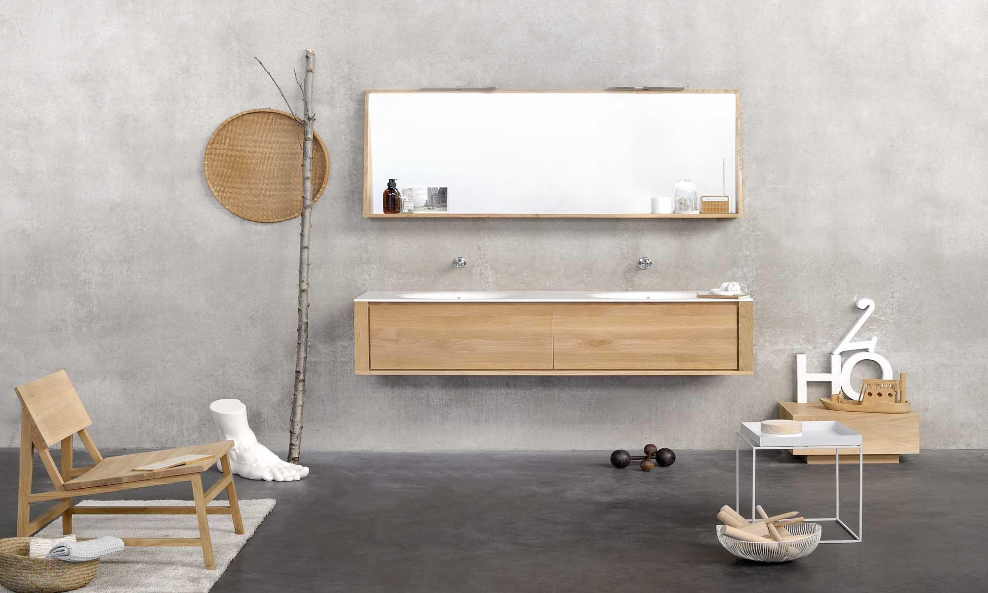 Ethnicraft grijze vloer houten meubel spiegel in hout