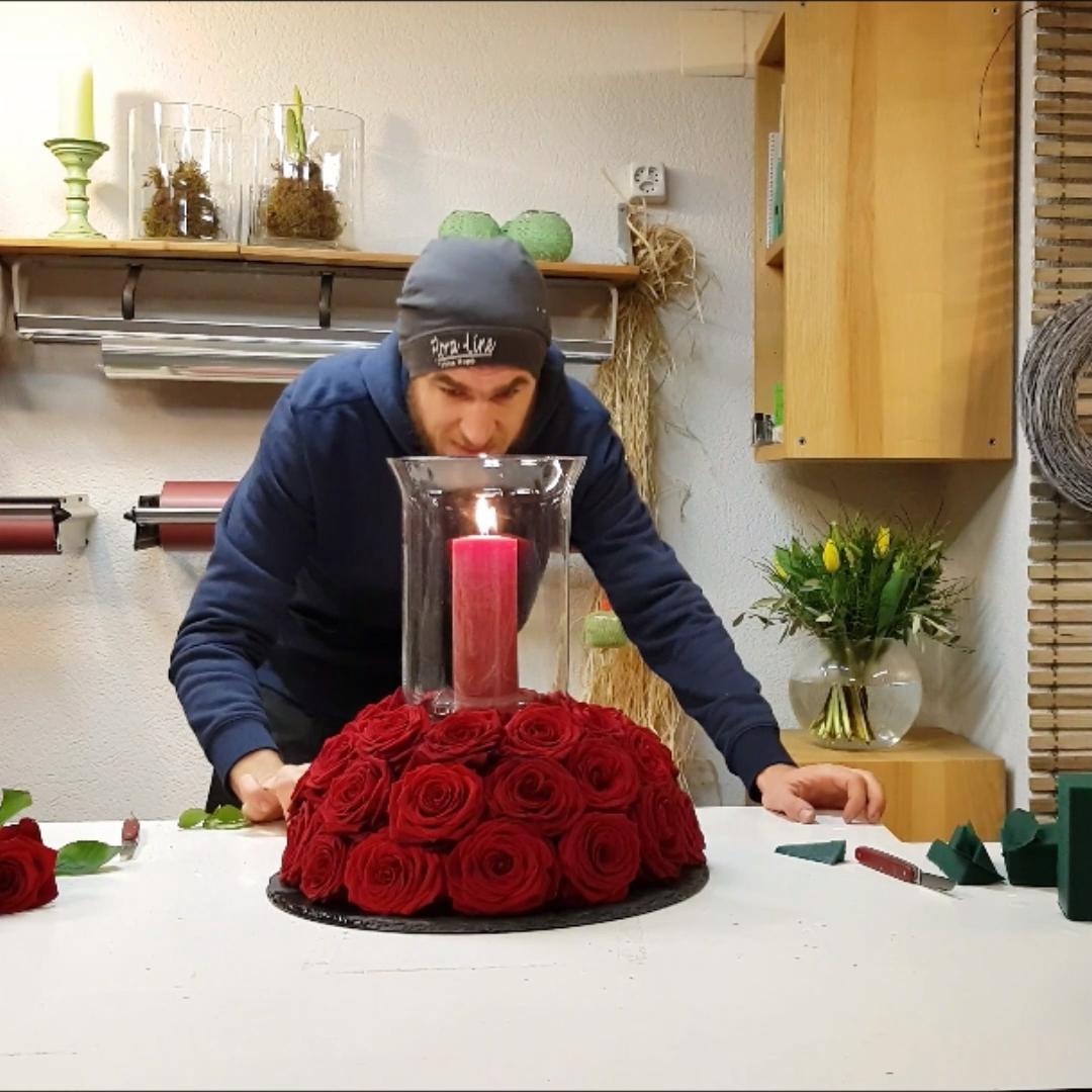 Tischdeko in rot DIY Anleitung. Floristik Anleitung. #blumendeko #tischdeko #selber #machen #dekoidee #blumengeteck #blumendeko #diy #anleitung #rosen #rot