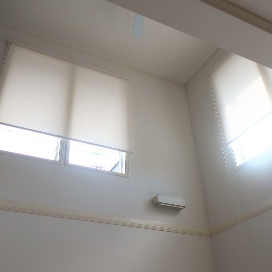 吹き抜けにロールスクリーン取付 横浜市青葉区 吹き抜け カーテン ブラインド 吹き抜け 窓 ロールスクリーン