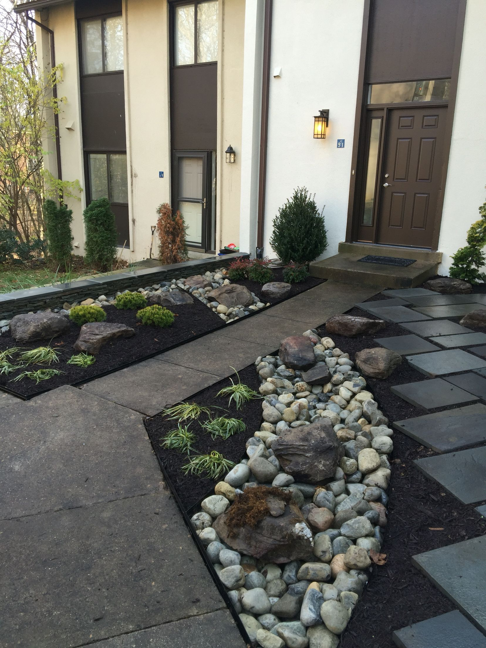 Townhouse landscaping with dry river and slate design for Townhouse landscaping ideas for front yard