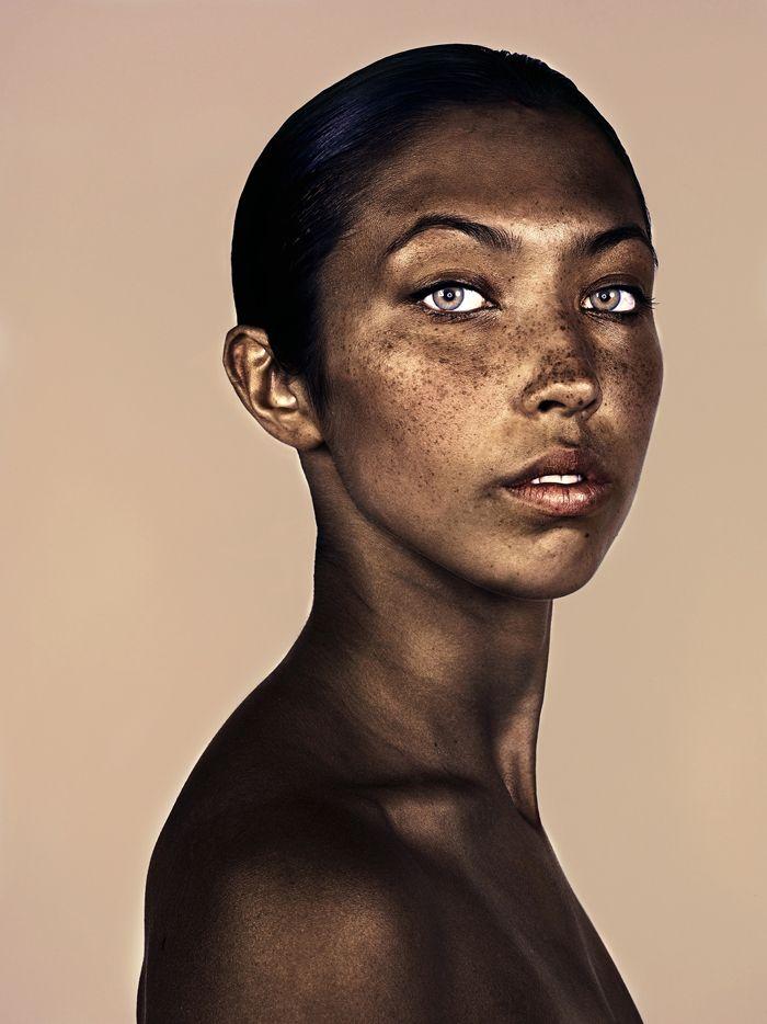 Einige Menschen werfen Elbank vor, die Sommersprossen auf den Gesichtern seiner Modelle seien nicht echt. Doch der Fotograf versichert, dass er unfass…