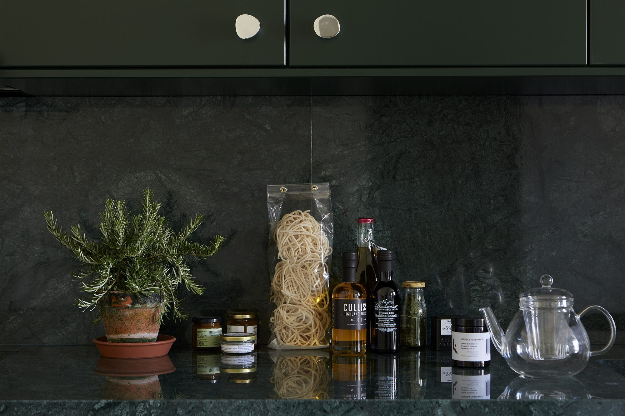 Massproductions Stålverket Interior design Kitchen green marble Blekingegatan 44, 6 tr | Fantastic Frank