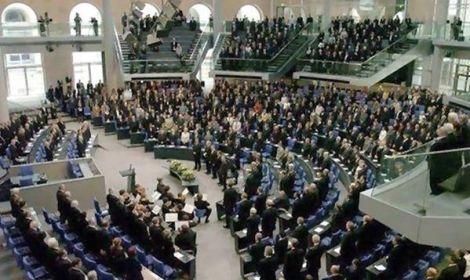 بالصورة.. البرلمان الألمانى يقف دقيقة حدادًا على شهداء مصر