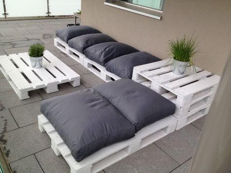 sitzecke aus paletten d i y palettenm bel garten terasse sitzbank mit grauen kissen. Black Bedroom Furniture Sets. Home Design Ideas