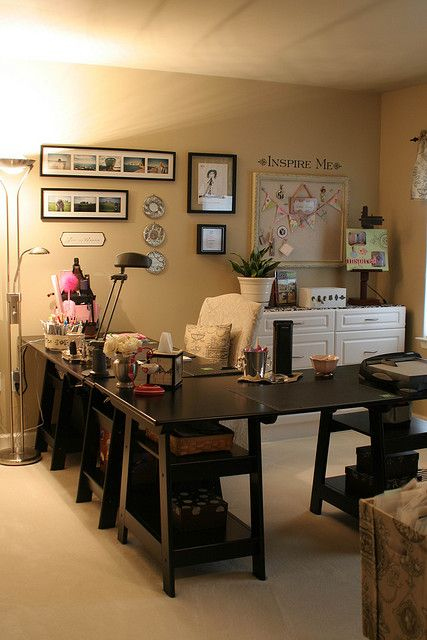 This desk would be AWESOME for a craft room. Too bad it's way too big for mine. :/