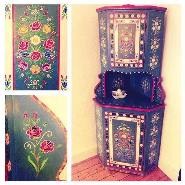 Finally here!  #interieur #interior #furniture #corner #cupboard #hochzeitsschrank #beautiful #vintage #retro #bauernschrank #bauernmalerei #decorativepainting #flowers #love #finally