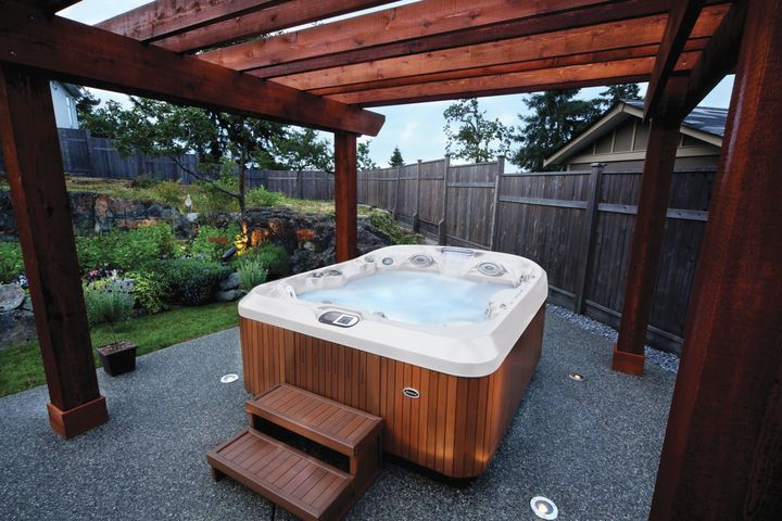 Jacuzzi J 425 Compact Designer Hot Tub With Open Seating Outdoor Spas Hot Tubs Jacuzzi Hot Tub Hot Tub Outdoor