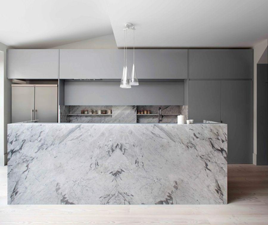 marmor kücheninsel mit grober maserung graue küchenschränke - pendelleuchte für küche