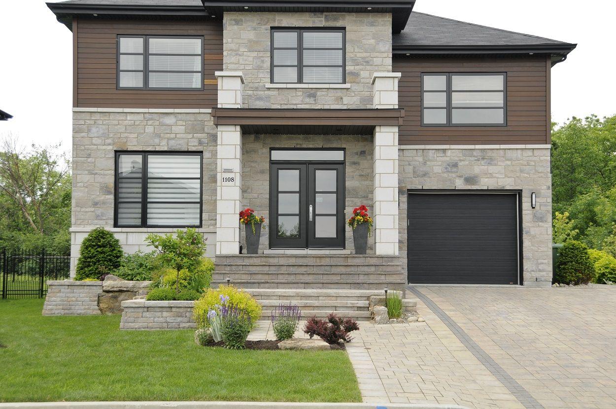 un trottoir en pav uni charmant et bien dfini devant cette maison de style moderne