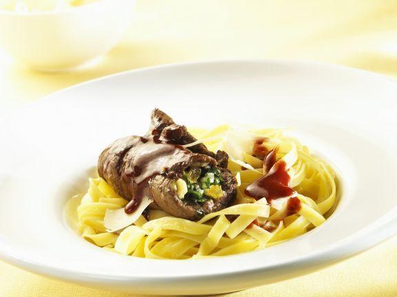 Roulade vom Rind mit Nudeln und Rotweinsoße ist ein Rezept mit frischen Zutaten aus der Kategorie Rind. Probieren Sie dieses und weitere Rezepte von EAT SMARTER!