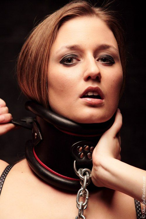 Posture female slaves collars in