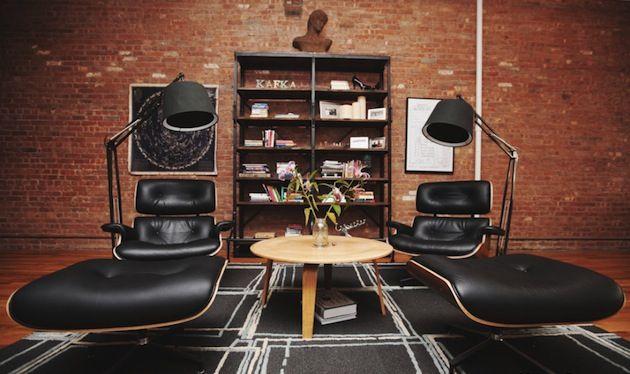 Werk en privé gescheiden houden? Niet als het aan het Amerikaanse billboard bedrijf Prince & Co. ligt. Maar als je dan ook zo'n loft tot je beschikking hebt, begrijpen wij wel waarom niet. Het bedrijf annex appartement bevindt zich in een geweldige ruime loft in de wijk SoHo. De stoere bakstenen muur, vintage plafond vol […]http://roomed.nl/wonen-en-werken-in-een-indrukwekkende-loft/