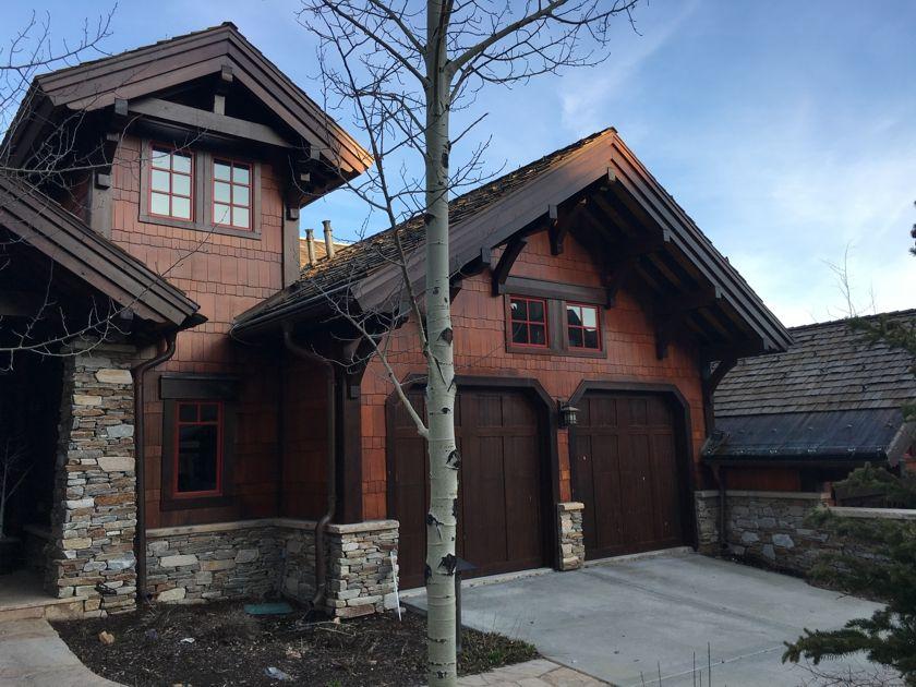 What A Great Look Mountain Home With 14 And 4 5 Exposure Cedar Shingles Lake Houses Exterior Mountain Home Exterior Cedar Shake Siding