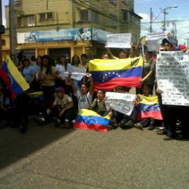 """#Maturin #Liceo #LuisBeltranPrietoFigueroa #Protestando #PrayForVenezuela #SosVenezuela ..... solo somos estudiantes que queremos lo mejor para el pais y un mejor futuro , no somos FACISTAS ni GOLPISTAS , solo protestamos y todos tenemos algo que nos une y eso es : la libertad para venezuela <3 <3 .. """"no hay edad para protestar , pq cuando te roban no te piden la cedula"""""""