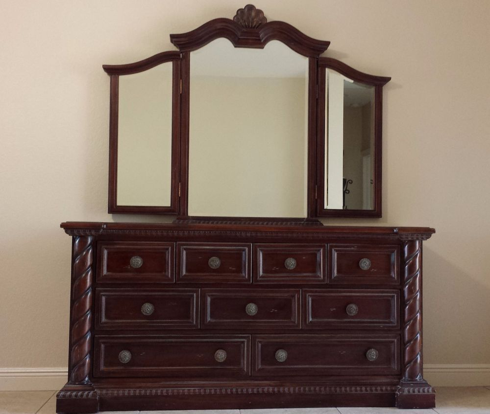 American Traditional Triple Dresser With Tri Fold Mirror