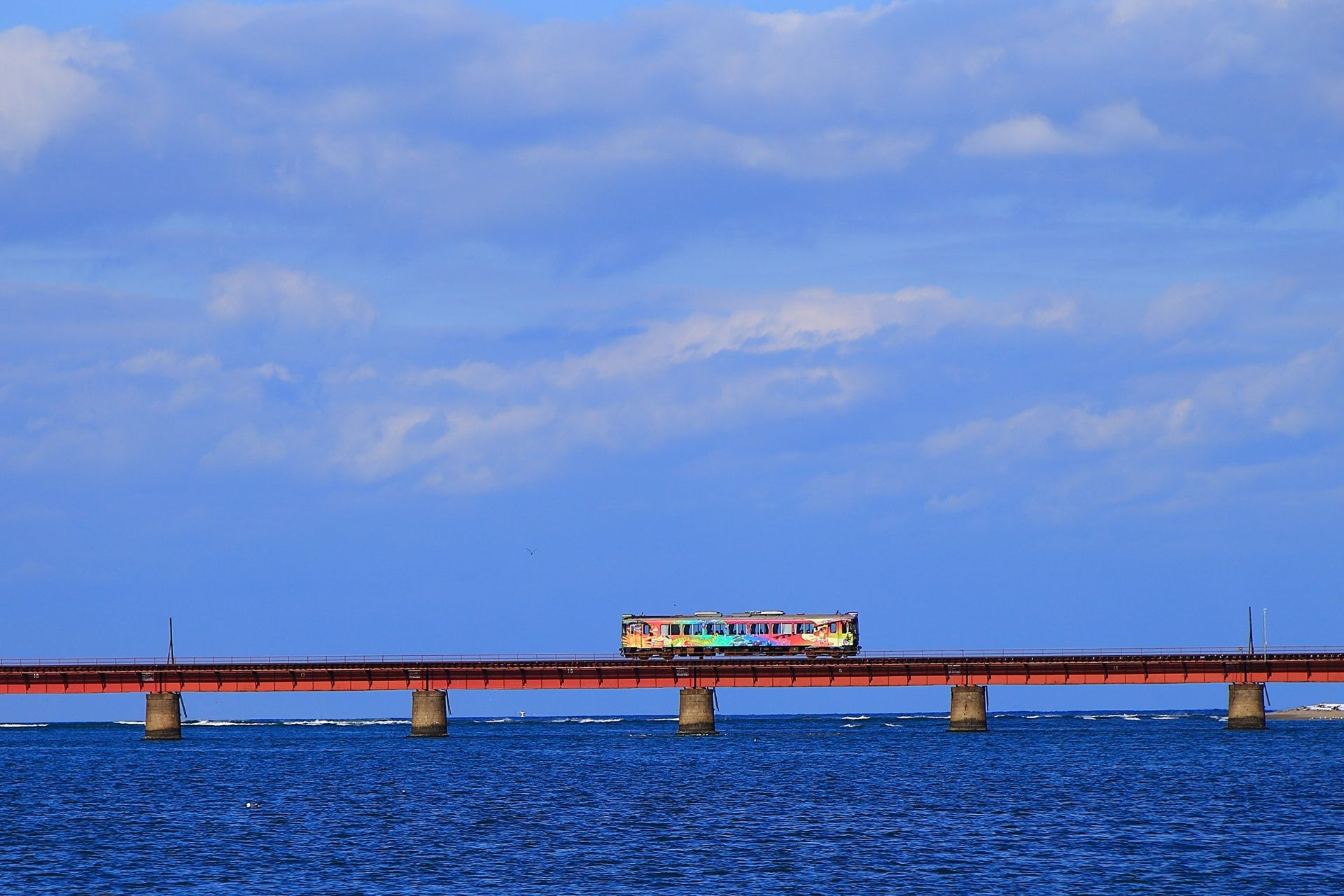 海の上を走る電車の由良川橋梁の京都丹後鉄道 京都 電車 日本旅行
