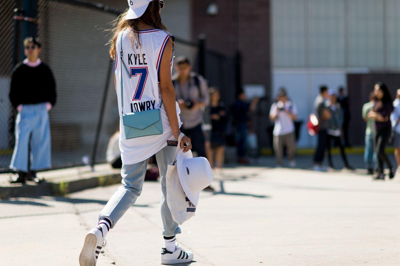 19 Stylish Ways To Wear A Sports Jersey Jersey Fashion Jersey Outfit Basketball Jersey Outfit