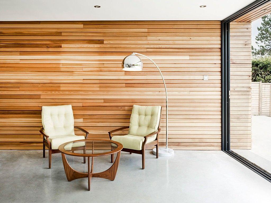 Parede revestida de madeira ripada e mobili rio moderno for Mobiliario moderno
