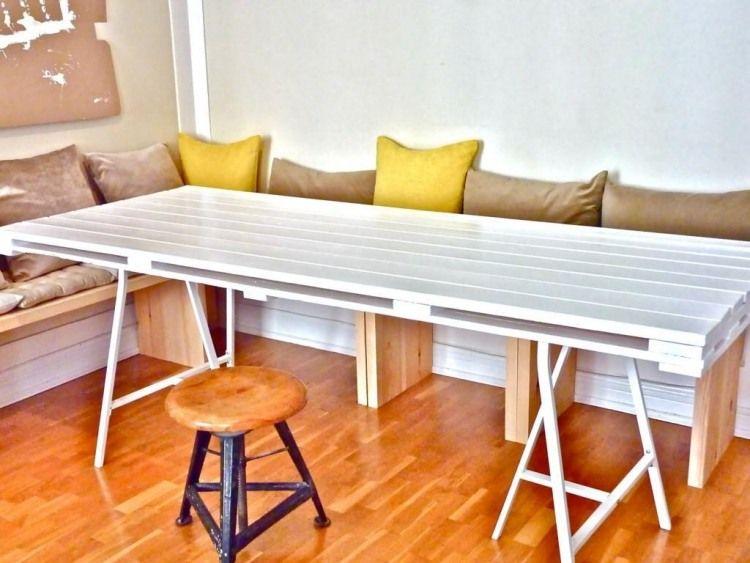 gem tliche sitzecke aus europaletten selber bauen und mit kissen dekorieren einrichtung. Black Bedroom Furniture Sets. Home Design Ideas