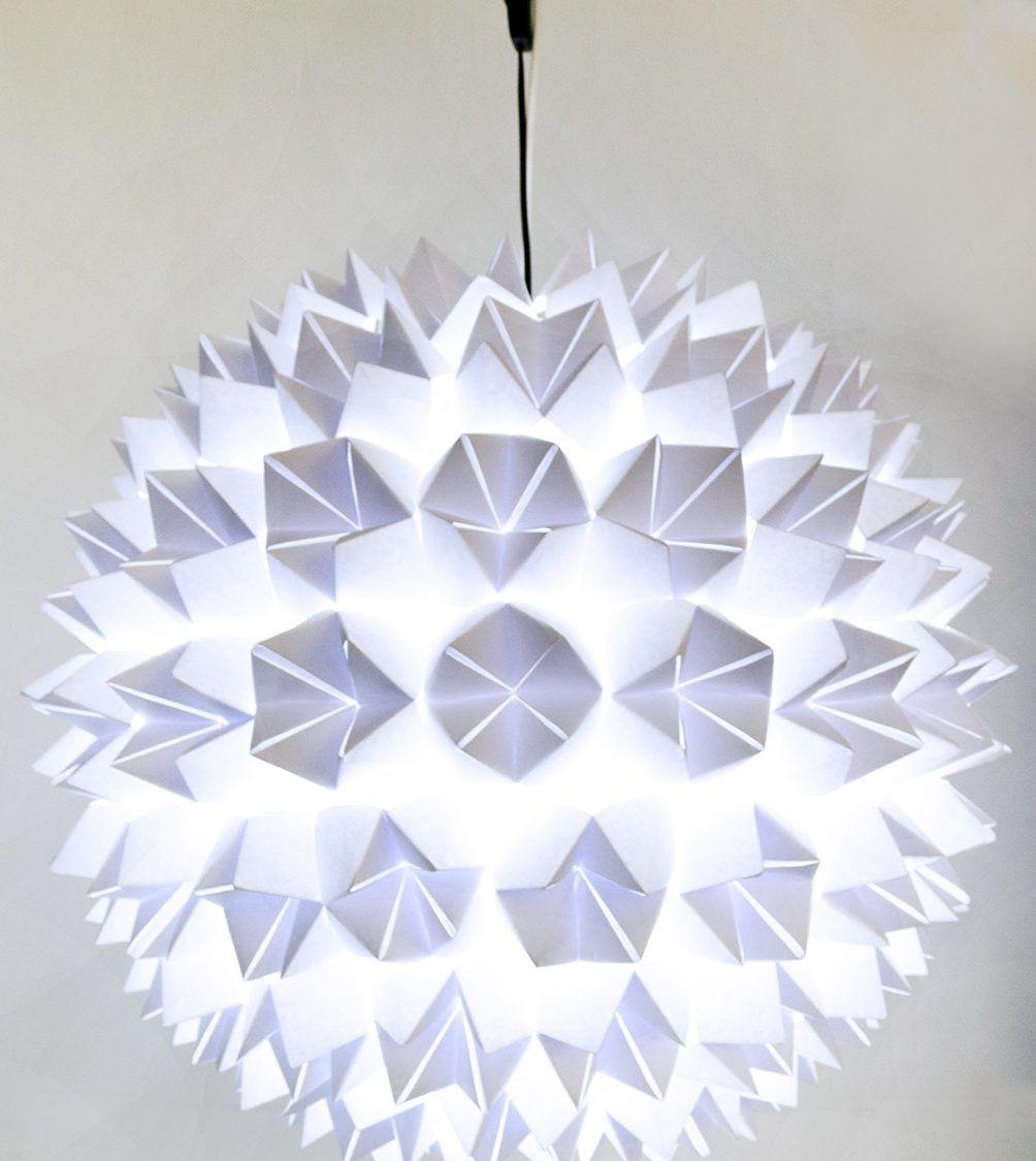Eine schicke, individuelle Papierlampe ist mit ein wenig Geduld und Fingerspitzengefühl schnell selbstgemacht. So kann man einen alten Lampion aufwerten.