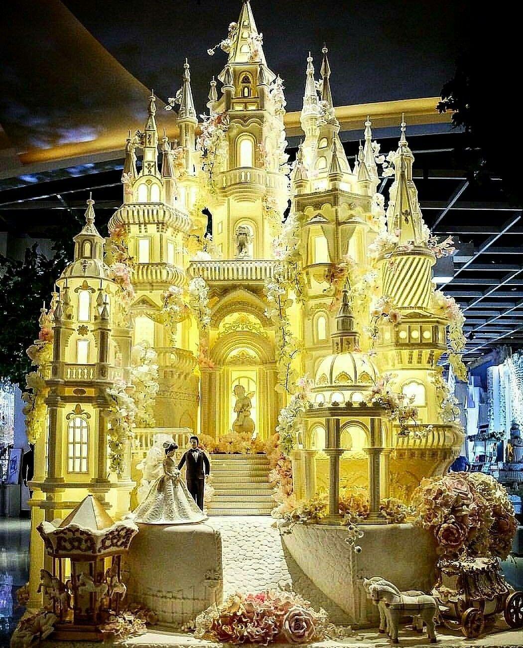 enormous castle cake Huge wedding cakes, Big wedding