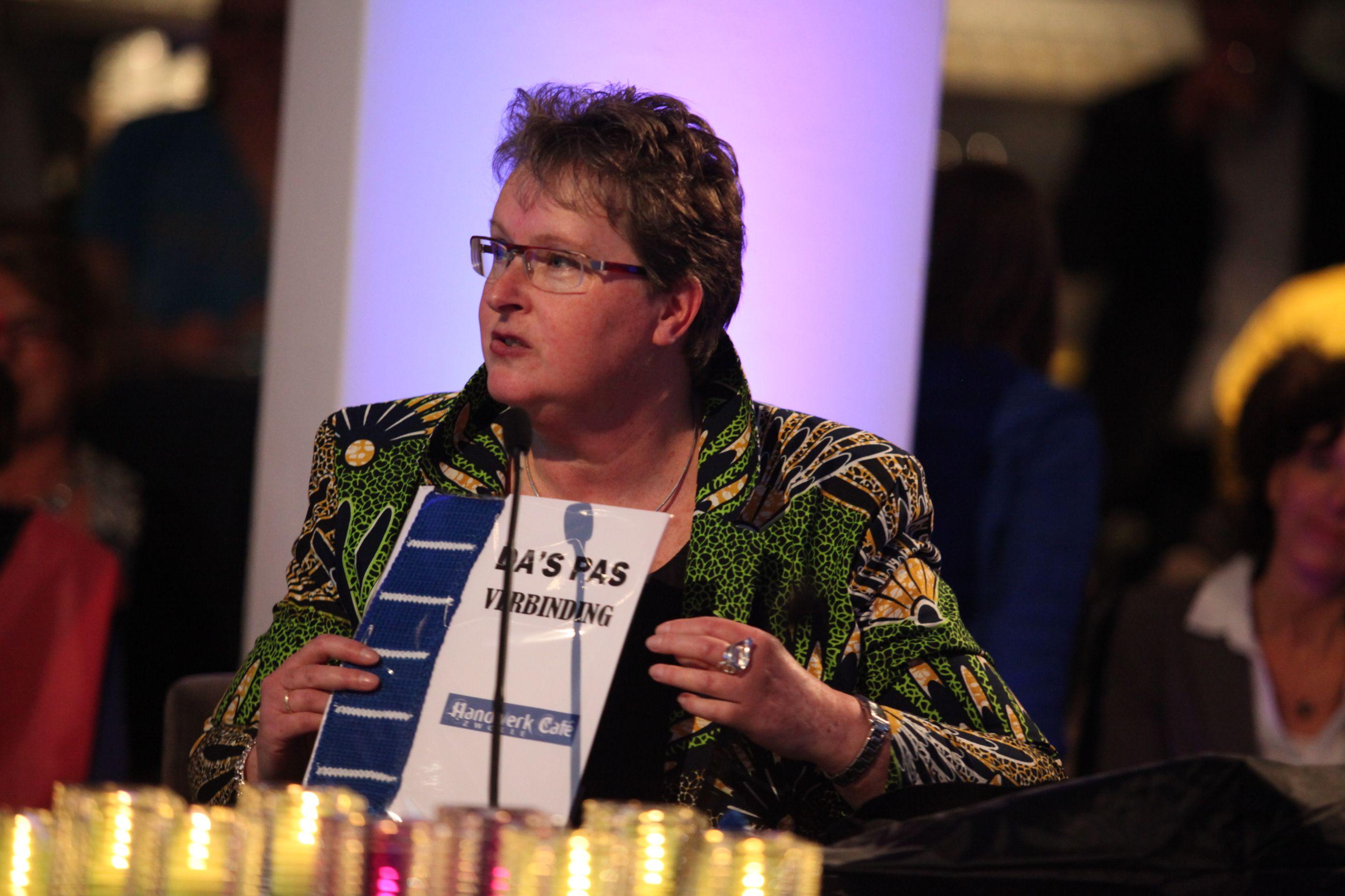Namens de Handwerkclub Zwolle krijgen alle leden van het college een zelfgebreide stropdas overhandigd. Dé trend van 2012!