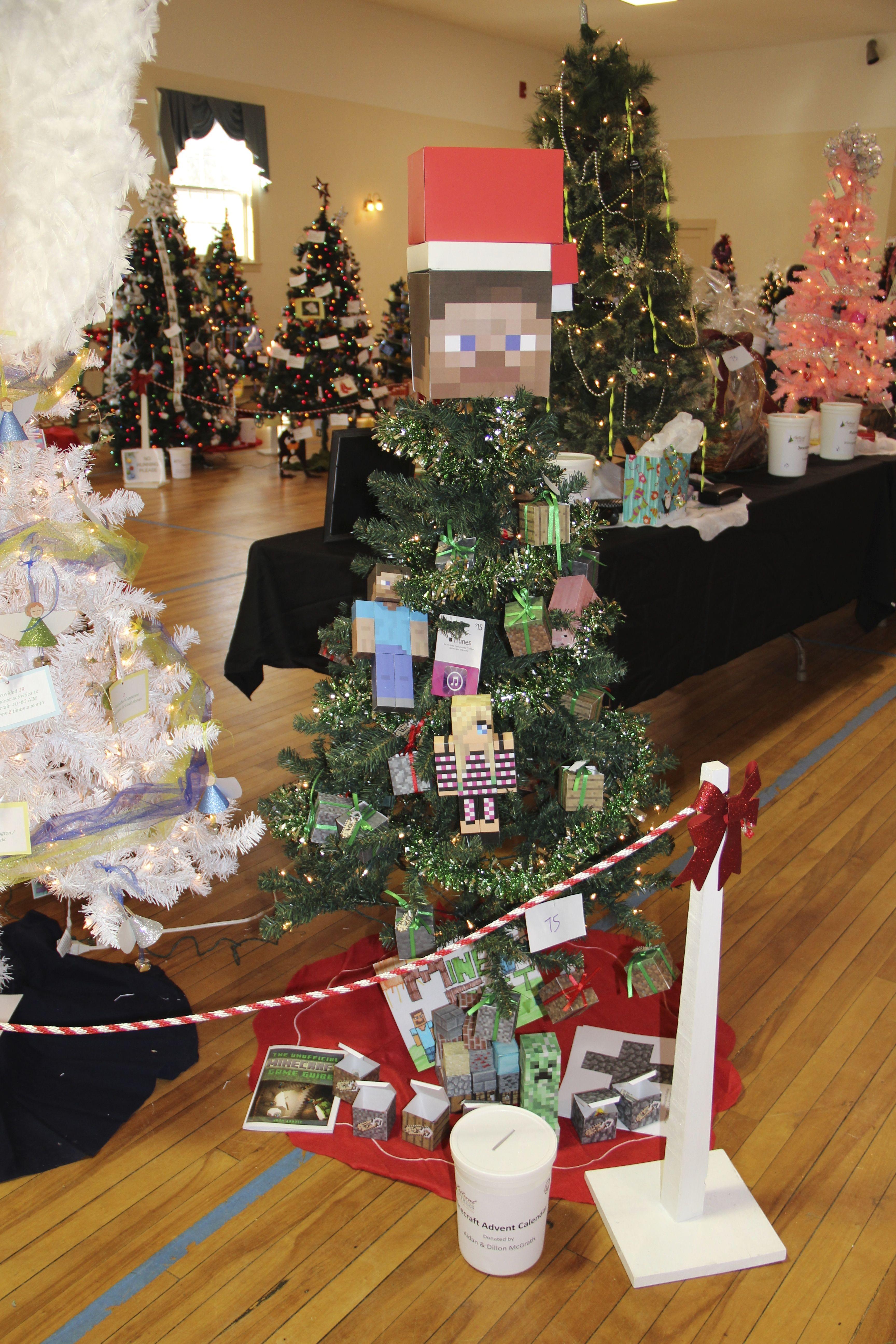 Minecraft Christmas Tree.Minecraft Themed Christmas Tree Using Printable Papercraft