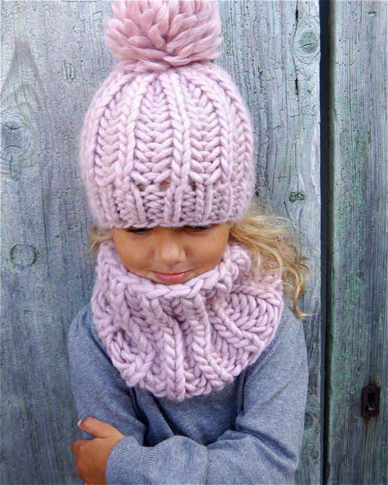 """Un adorable ensemble composé de bonnet """"Sacha"""" et de col """"Joy"""". Pour passer l'hiver bien au chaud! Le kit contient: - 3 éch..."""