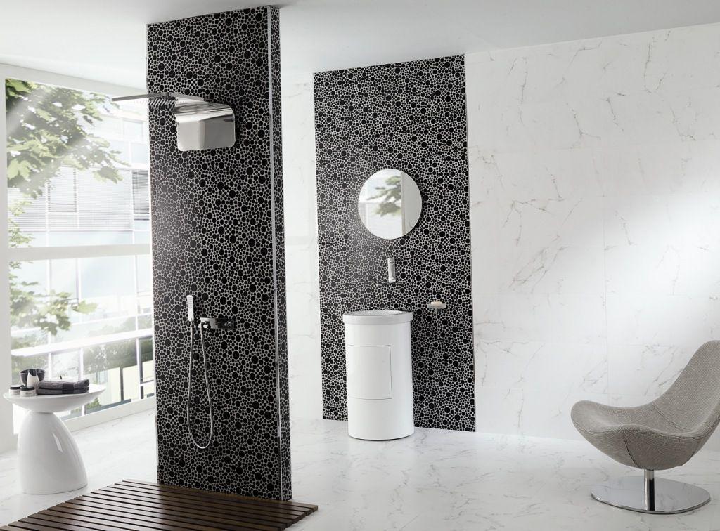 A tendência dos porcelanatos que substituem outros acabamentos continua em alta.    Vejam o modelo que remete ao mármore, o efeito visual é perfeito!     O ambiente foi criado com o Marmol Carrara Blanco 31,6cm x90cm da Porcelanosa.