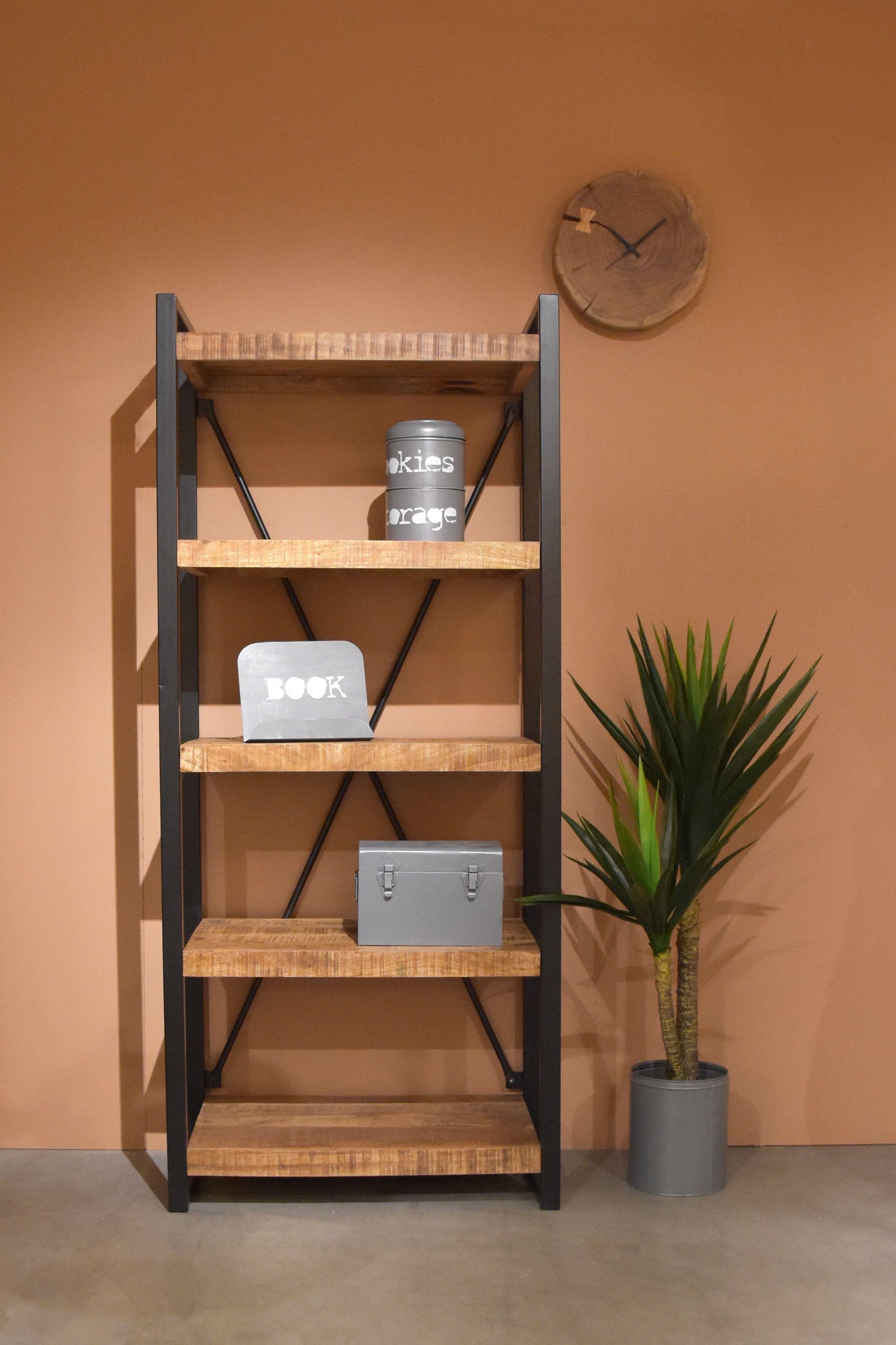 boekenkast brussel van label51 is met zijn ruwe mango houten oppervlaktes gecombineerd met het zwart