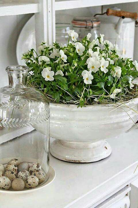White center of spring and decorating ideas - via Vibeke Design #design #fruhl ...#center #decorating #design #frühl #ideas #spring #vibeke #white #dekofrühling