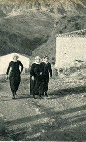 GM090: Three women in Dhërmi (Photo: Giuseppe Massani, 1940).