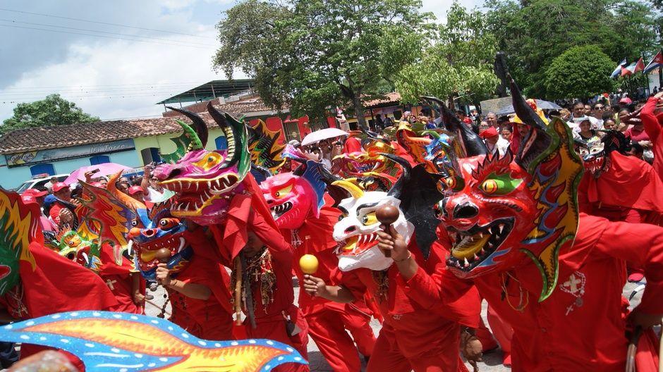 Diablos de Yare danzan en celebración del Corpus Christi venezuela ...