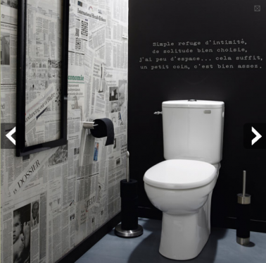Déco WC tendance papier peint effet journaux peinture tableau noir