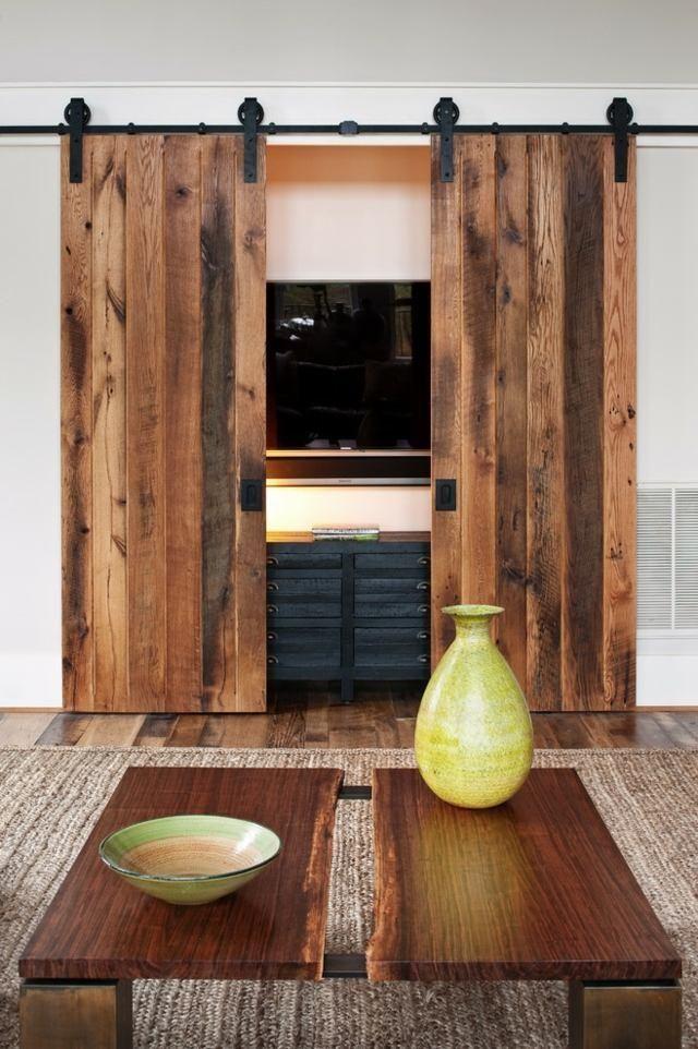 écran Télévisé à Fixation Murale Avec Une Porte En Bois Coulissante Dans Le  Salon De Style Rustique Moderne