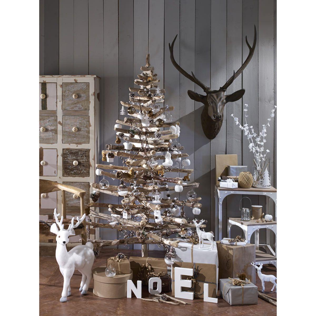 Ambiance noël scandinave  sapin en bois, pomme de pin et décoration blanche